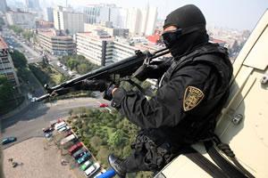 Nomás ves que se están robando el coche, te los chingas... (Foto de Fernando Ramirez robada de El Universal)