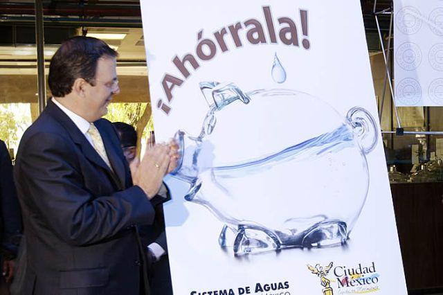 Ebrard inagurando la campaña para ahorro del agua en el DF en abril del 2009