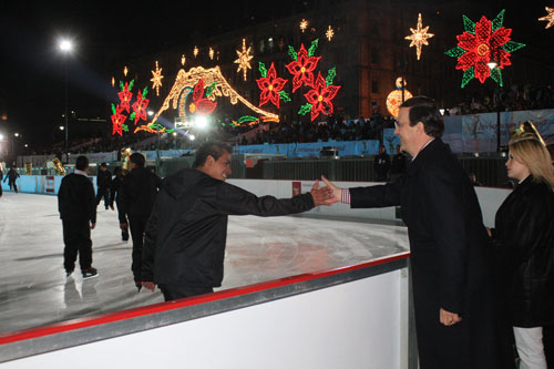 Marcelo Ebrard inagurando la pista de hielo en invierno del 2008