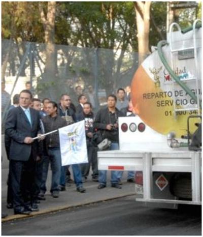 Ebrard felizmente inaugurando en abril 2009 el Programa de Abasto Emergente de Agua (pipas) ante los cortes del sistema de suministro