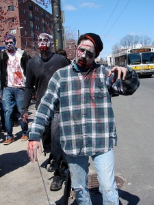 zombi caminando en Massachusetts Avenue