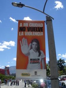 """""""A mi ciudad no vuelve la violencia"""". Campaña del gobierno de Medellín"""